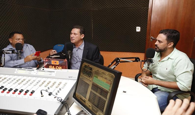 Maurão e Léo Moraes concedem entrevista em rádio da capital