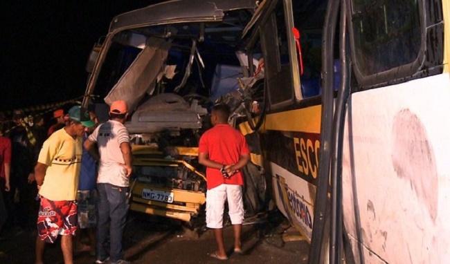 Dois ônibus escolares se chocam em Alagoas; seis morrem e 13 estão internados