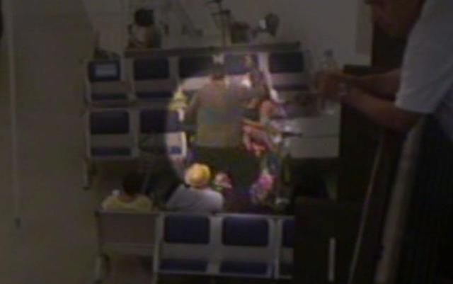 Alemão agride passageira que mexia no celular em banco do Aeroporto Internacional de Guarulhos (Foto: TV Globo/Reprodução)