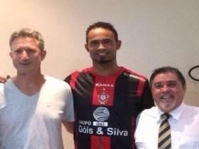 Bruno fecha contrato de dois anos com o Boa Esporte e posa com camisa do clube
