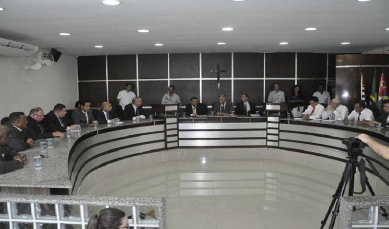 Vereador leva tapa na cara em sessão sobre redução de salários; assista