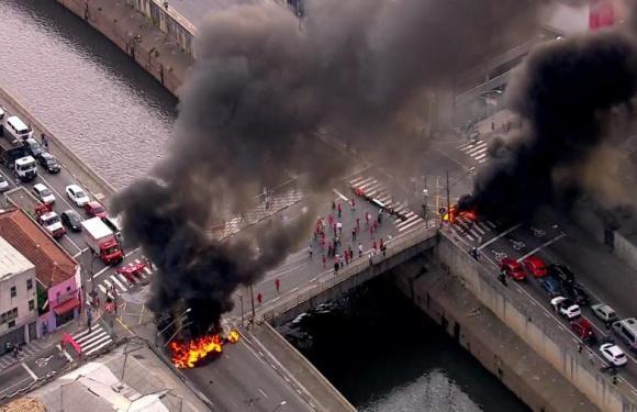 MTST coloca fogo em pneus e interdita Avenida do Estado, em SP
