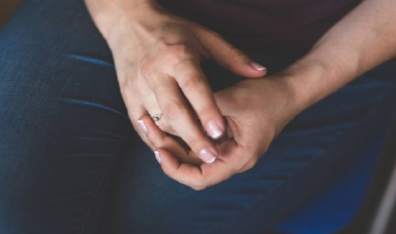 Mulher encontra anel de diamantes 13 anos depois de perdê-lo
