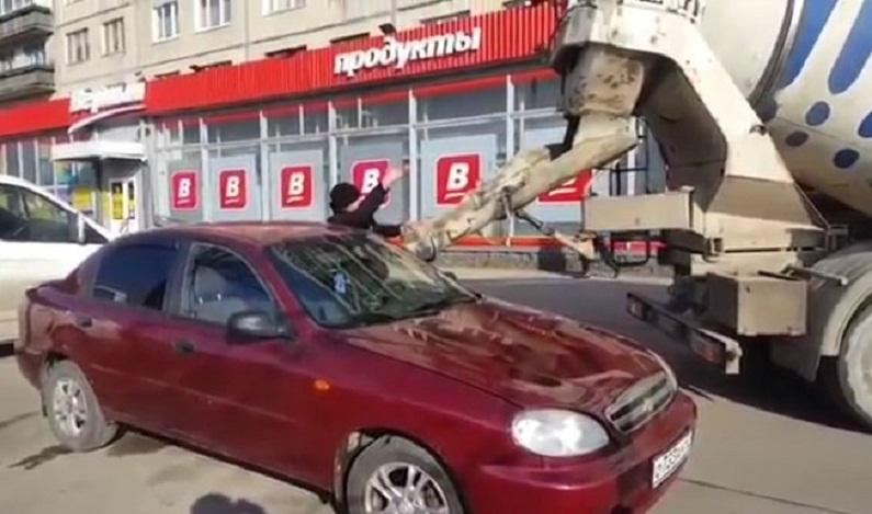 Na Rússia, homem enfurecido enche o carro da esposa com concreto; veja vídeo