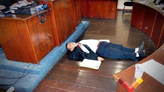 Advogado dá show de dramaturgia em júri, até deita no chão, mas réu é condenado a 15 anos