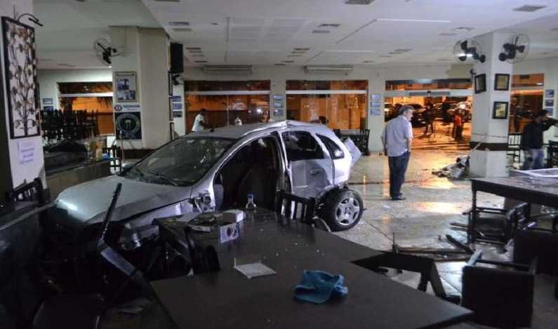 Motorista invade restaurante e abandona mulher acidentada, em SP