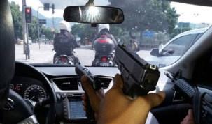 Polícia Militar investiga foto de criminosos apontando armas para PMs na zona norte do Rio