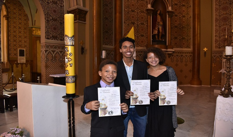 Filhos adotados por casal gay são batizados em igreja católica de Curitiba