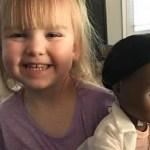 Menina escolhe boneca negra e rebate vendedora que empurrava brinquedo 'mais parecido com ela'