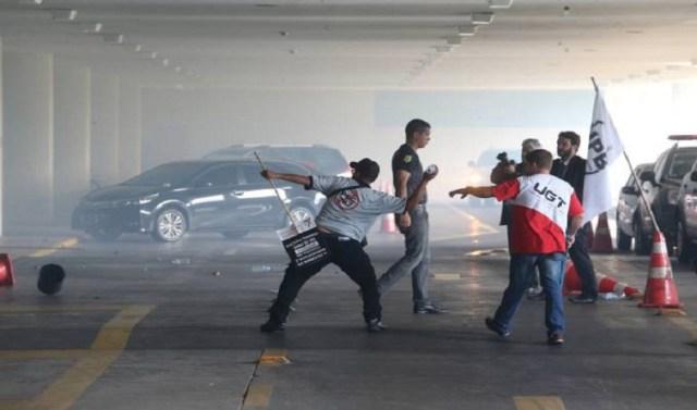Policiais atiram objetos contra vidraça do Congresso Nacional (Foto: André Dusek/Estadão Conteúdo)