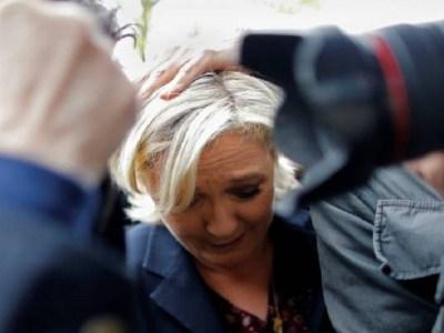 Opositores atiram ovos contra candidata á presidência da França, Marine Le Pen; veja vídeo