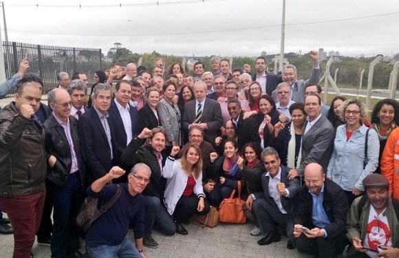 Lula é recebido por parlamentares e dirigentes do PT e grupo grava vídeo aclamando o ex-presidente; veja