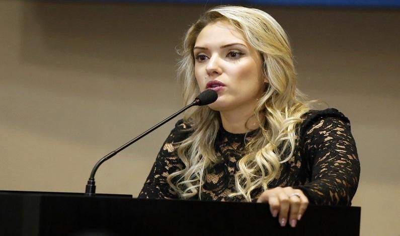 Secretário de MT pede desculpas a deputada após compartilhar foto dela de camisola