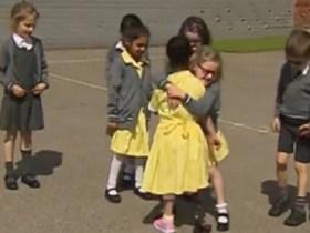 Menina mostra prótese de perna para amigos, e reação das crianças emociona; vídeo