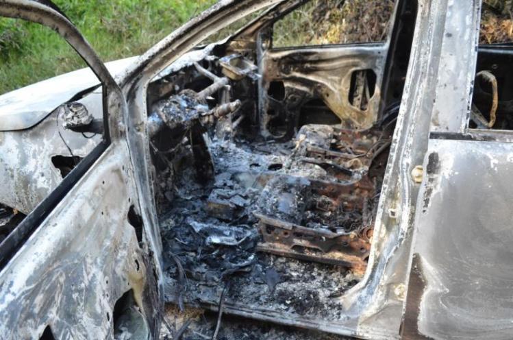 Caminhonete onde os corpos foram encontrados estava destruída pelo fogo (Foto: Christian Wentz/ Arquivo pessoal)