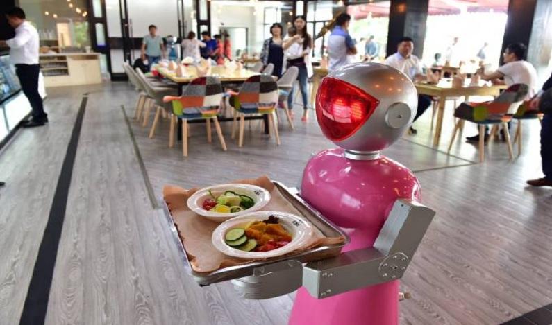 Na China, robôs cuidam de humanos da infância até a velhice