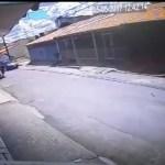 Mulher se joga de carro com bebê no colo após ladrões do DF tomarem veículo; vídeo