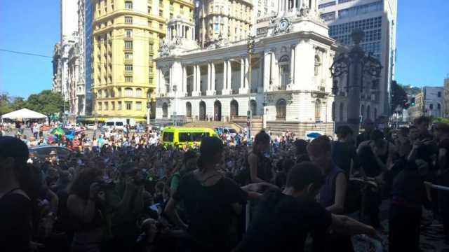 Grupo se reunia em frente ao Theatro Municipal, Centro do Rio (Foto: Carlos Brito/ G1)