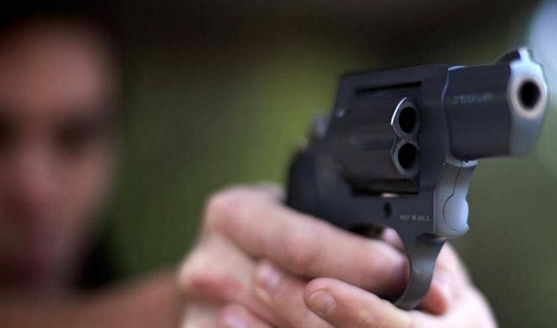 Cabo da PM tem a casa invadida por dois bandidos, troca tiros e mata um dos assaltantes
