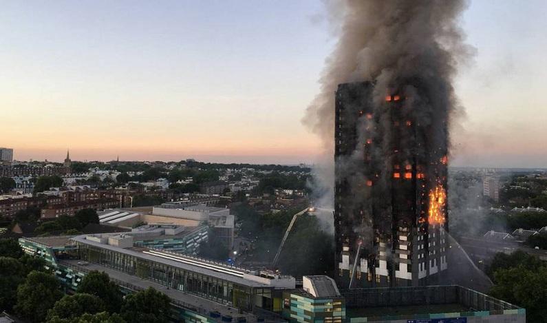 Príncipe William quebra protocolo e abraça vítima de incêndio em Londres