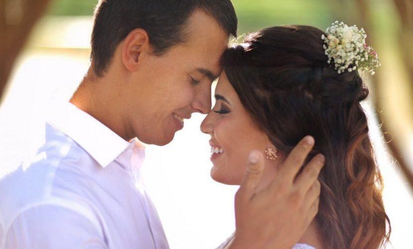 Jovem se casa com filho do padrasto após 10 anos de namoro