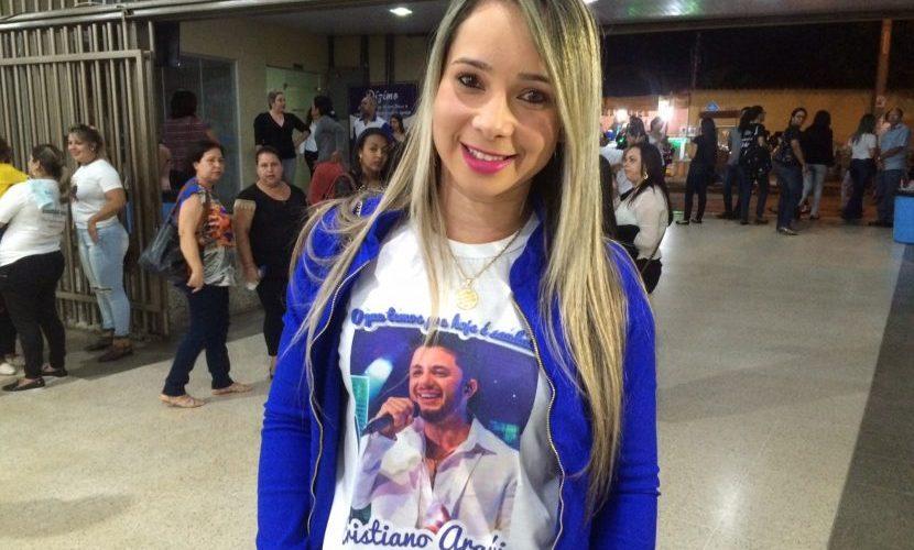 Fã viaja 23h para acompanhar missa em memória de Cristiano Araújo; morte do cantor completou 2 anos