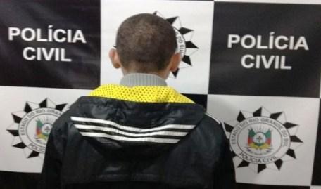Suspeito preso pela polícia em Cachoeirinha (Foto: Divulgação/Polícia Civil)