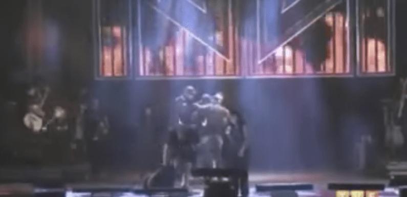 Fã invade palco, derruba Simaria e leva soco de Simone em show; vídeo