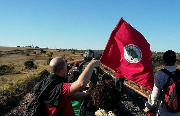 MST bloqueia ferrovia e mantém ocupação em fazenda de empresa da família Maggi em MT