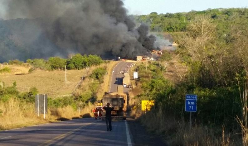 Colisão entre vários veículos causa incêndio e deixa 4 pessoas mortas em RO