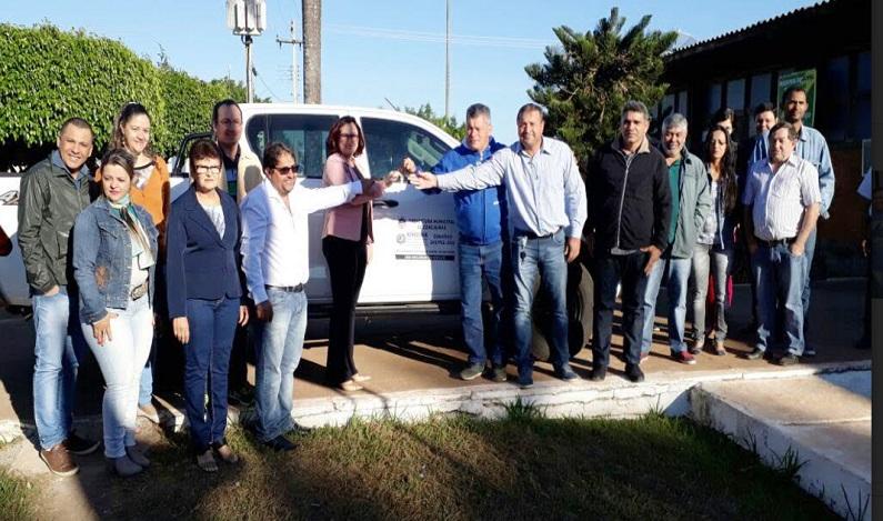 Deputado Edson Martins participa da entrega de caminhonete em Cerejeiras