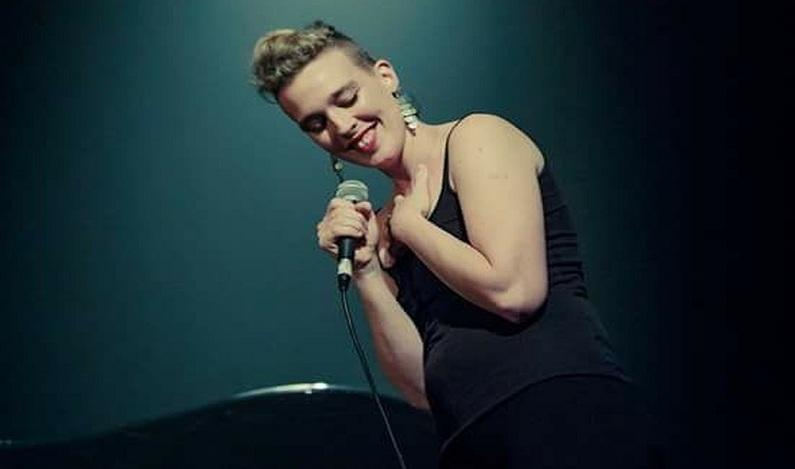 Barbara Weldens, cantora francesa de 35 anos, morre no palco durante show
