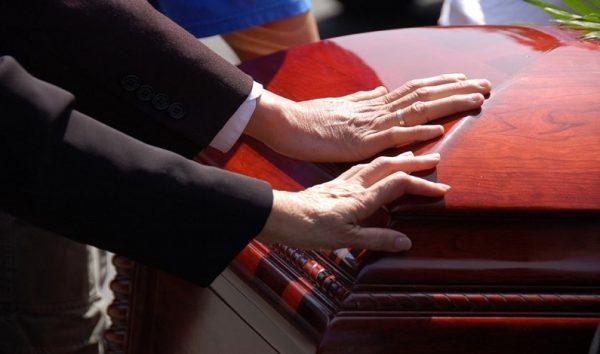 """Três meses após família """"enterrá-lo"""", homem aparece vivo durante missa"""