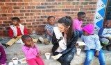Miss sul-africana gera polêmica e acusações de racismo por usar luvas em visita a orfanato