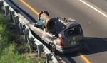 """Motorista sobrevive após peça de metal """"gigante"""" cair sobre o seu carro nos EUA"""