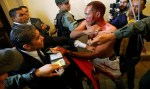 Parlamento da Venezuela é invadido e deputados ficam feridos