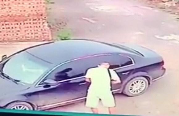 Ladrão é surpreendido ao roubar carro e encontrar casal fazendo sexo; vídeo