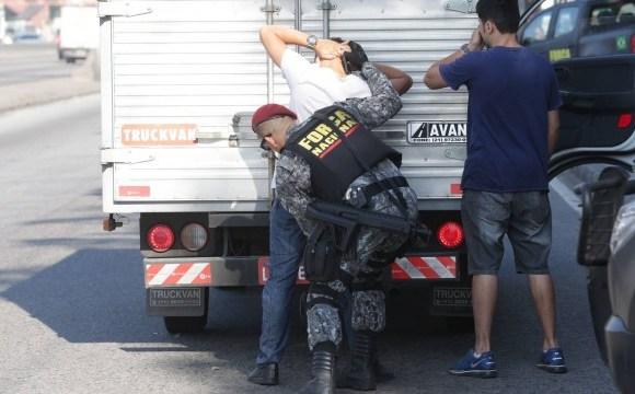 Agentes da Força Nacional dizem que número de bandidos com fuzis no Rio é incomum