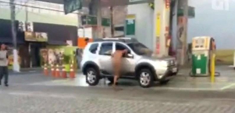 Mulher nua tenta invadir carro em SP e motorista é salvo por frentista; vídeo