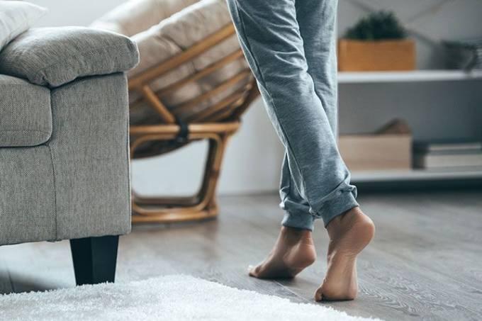 Andar descalço em piso frio faz mal à saúde?