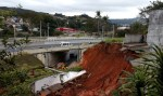 Desmoronamento de terra interdita trecho da rodovia Raposo Tavares, em SP