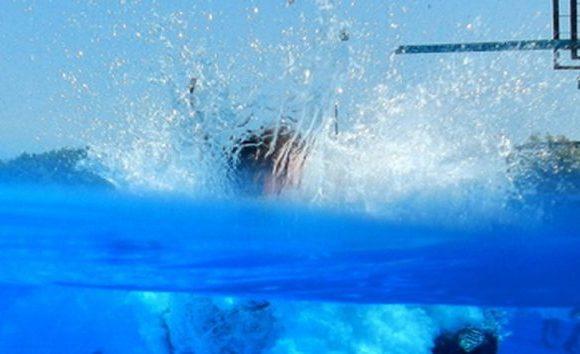 Menino de 2 anos morre afogado em piscina durante festa de família