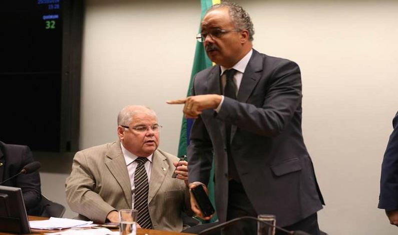 """Relator retira """"emenda Lula"""" da proposta de reforma política"""