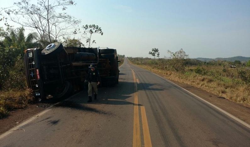 Caminhão carregado com feijão tomba ao desviar de buraco na BR-364, em RO