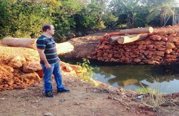 Alan Queiroz acompanha obras de reconstrução de ponte