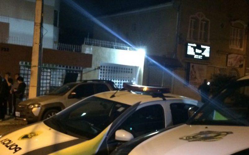 Mãe e filho de oito anos são encontrados mortos dentro de apartamento