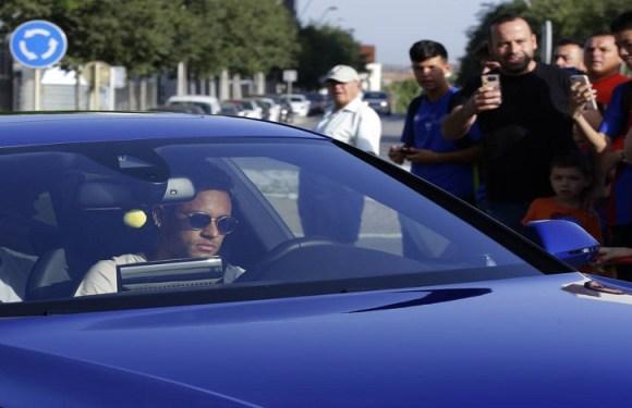 Neymar não treina, se despede dos companheiros e Barcelona confirma pedido de transferência