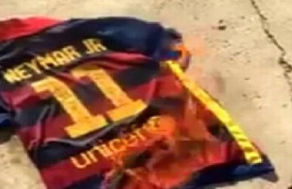 Torcedor do Barcelona queima camisa de Neymar após saída do craque; vídeo