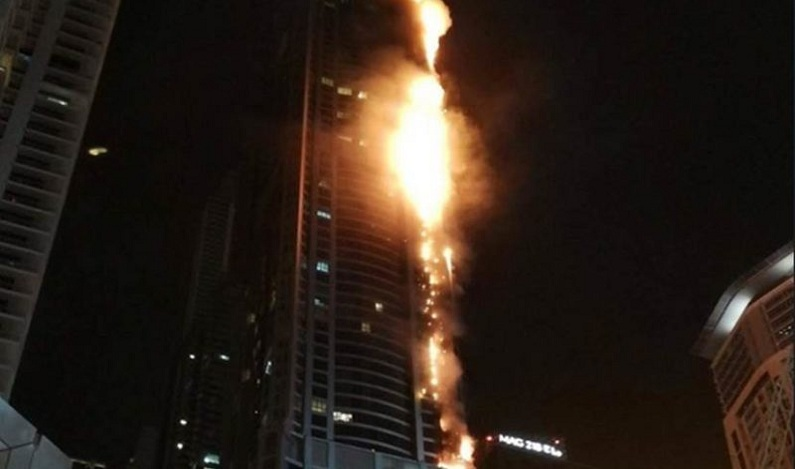 Incêndio atinge arranha-céu em Dubai; veja vídeo