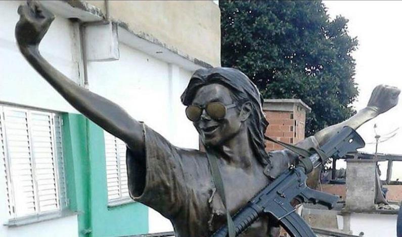 Traficantes põem fuzil em estátua de Michael Jackson no Rio